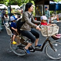 Mother heading home from picking up her kids at daycare in Tokyo, Japan. Photo by Copenhagenize Design Co.
